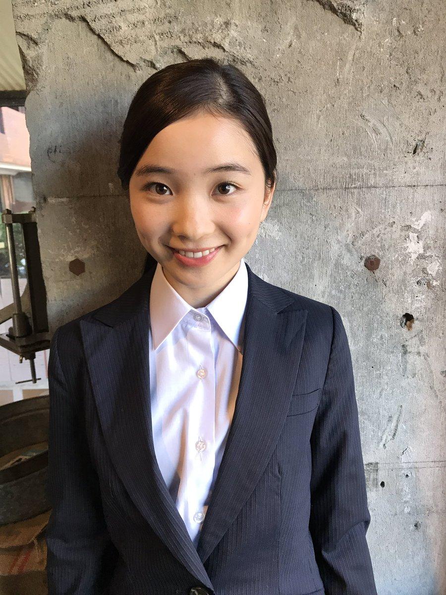 スーツを着た福地桃子