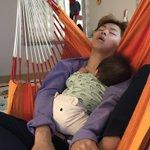 爆笑wwwwwww寝かしつけてる側が1番気持ちよさそうに寝てるwwwwwww pic.twitter…