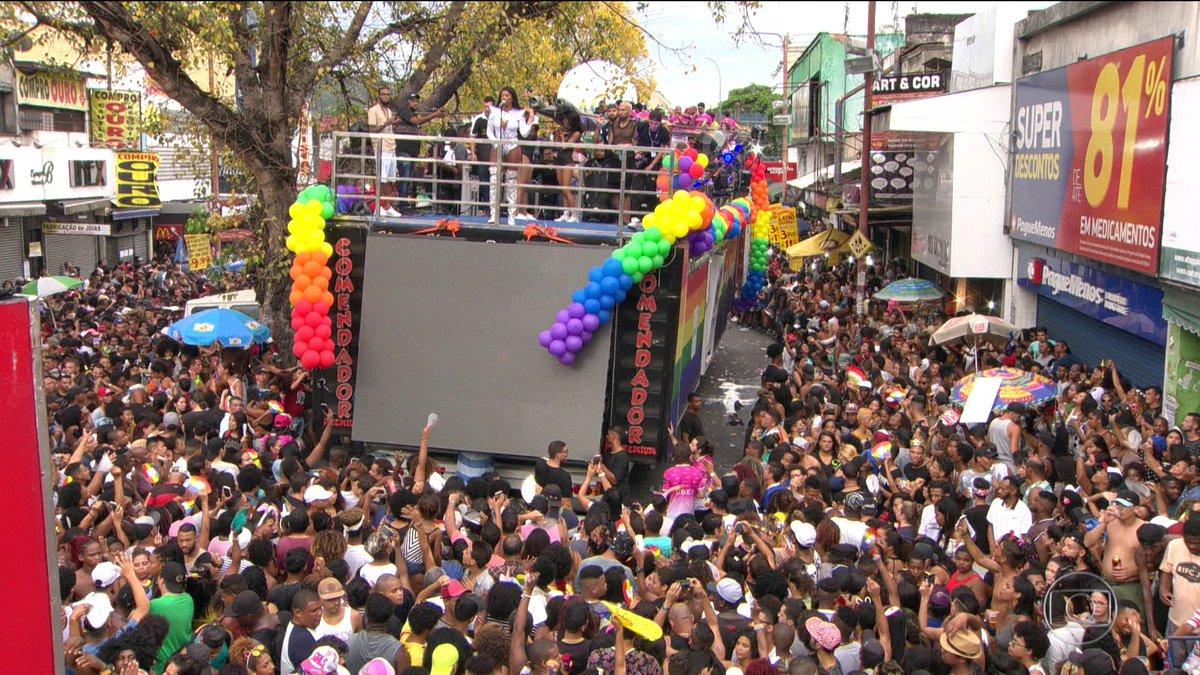 Parada gay reúne milhares de pessoas em Madureira, no Rio: https://t.co/udzeQNiZO9