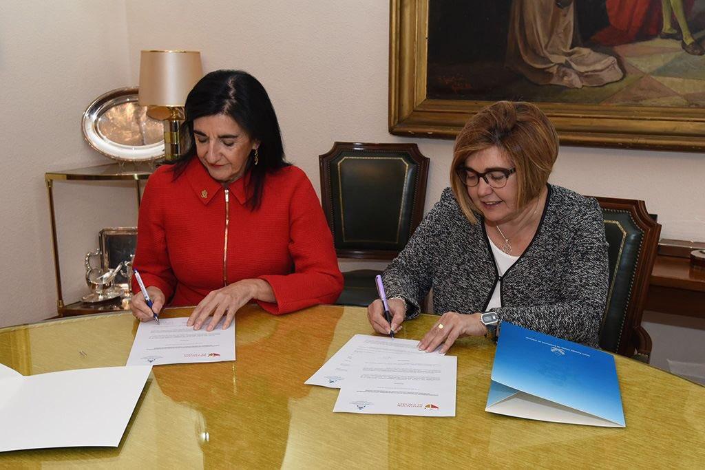 #unpasitomás El Colegio y la @DiputacionCC unen esfuerzos para realizar actividades relacionadas con la salud en los municipios de la provincia. En la imagen, la Dra. Raquel Rodríguez Llanos, nuestra presidenta y Rosario Cordero, presidenta @DiputacionCC en la firma del convenio