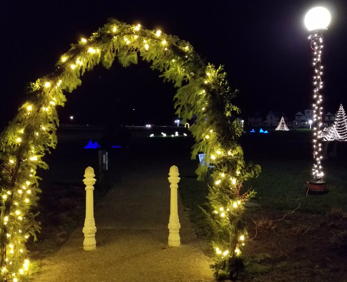 Ocean Park is looking very festive - thanks to Crossland Landscape for the #holiday display! #OakBluffs #Christmas https://t.co/okXWBbr053