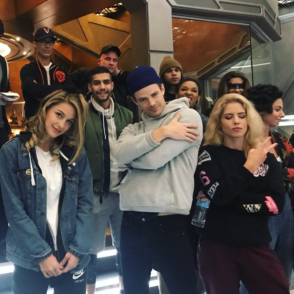 RT @caitylotz: Friends on the waverider. See you tonight #CrisisOnEarthX https://t.co/zs7HatltMj