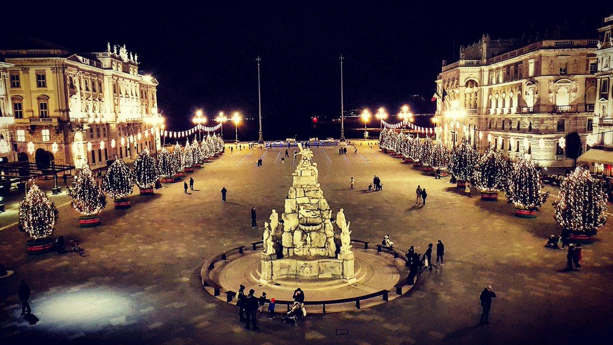 Trieste Natale Immagini.Lorenzo Giorgi On Twitter Natale A Trieste Con Lo Spettacolo Di
