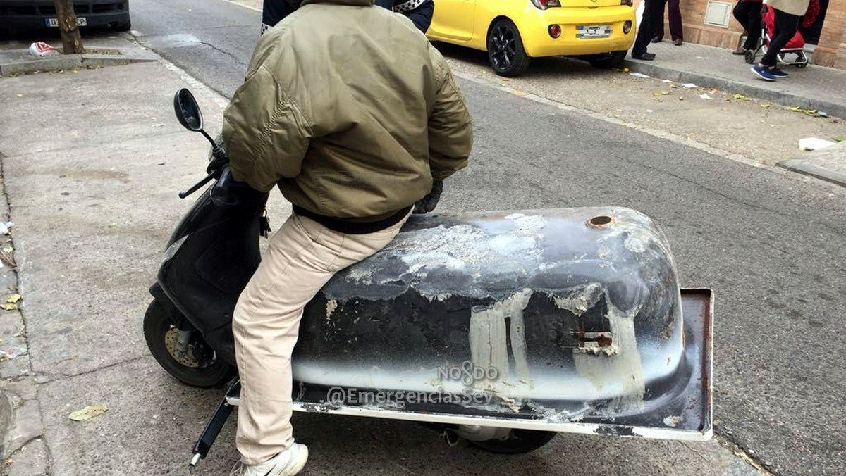Cazan a un motorista transportando una bañera en un ciclomotor en Sevilla