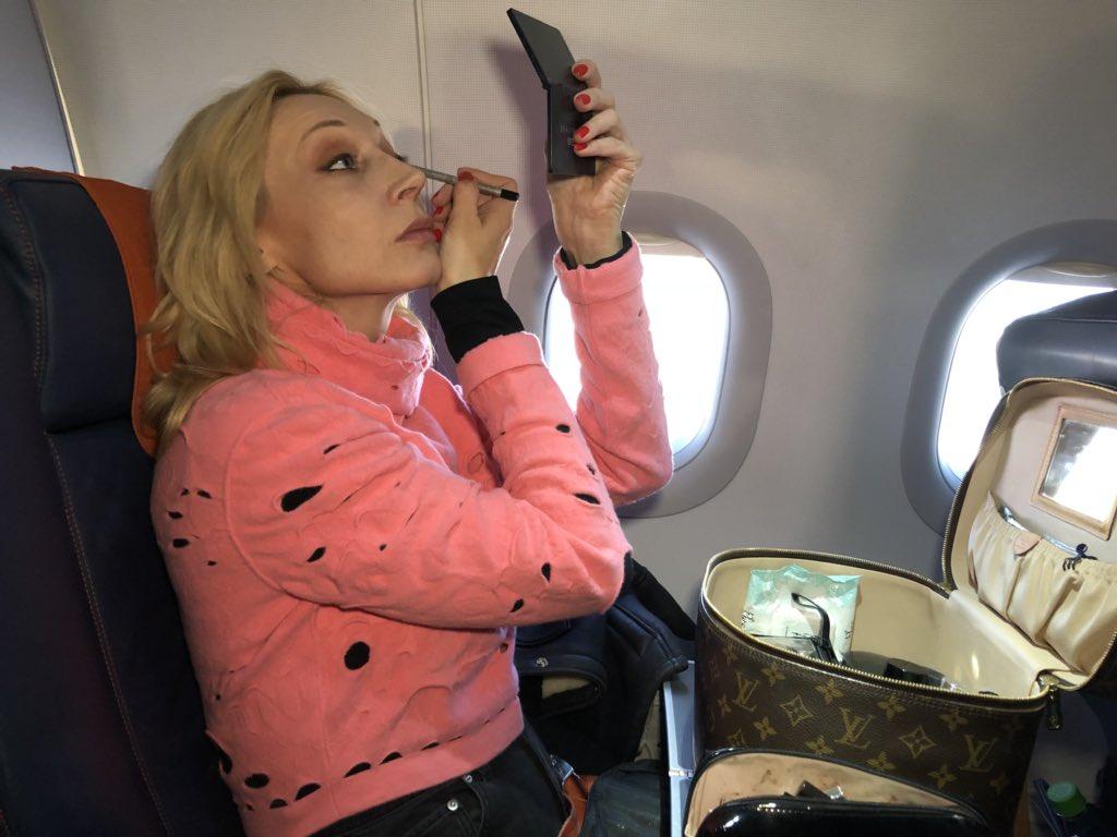 На публике в самолете