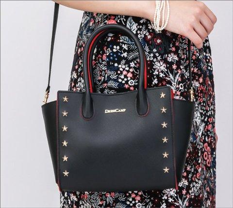 人気ブランド「DRESSCAMP(ドレスキャンプ)」初のオフィシャルブック。付録のバッグはハンドバッグにも、ショルダーバッグ にもなる2WAY仕様。赤い裏地がアクセント。
