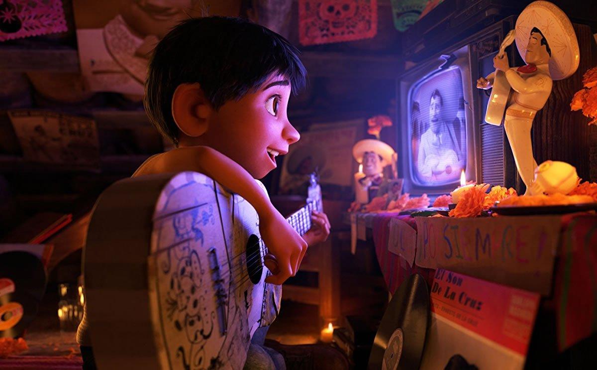 #Cinema Inspiré par la tradition mexicaine, #Coco le nouveau film original de #Pixar impressionne par ses visuels somptueux et bouleverse avec une touchante réflexion sur la mort et la mémoire. Magnífico ! https://t.co/MQfv143m2h 💀🎶🇲🇽#CocoPixar