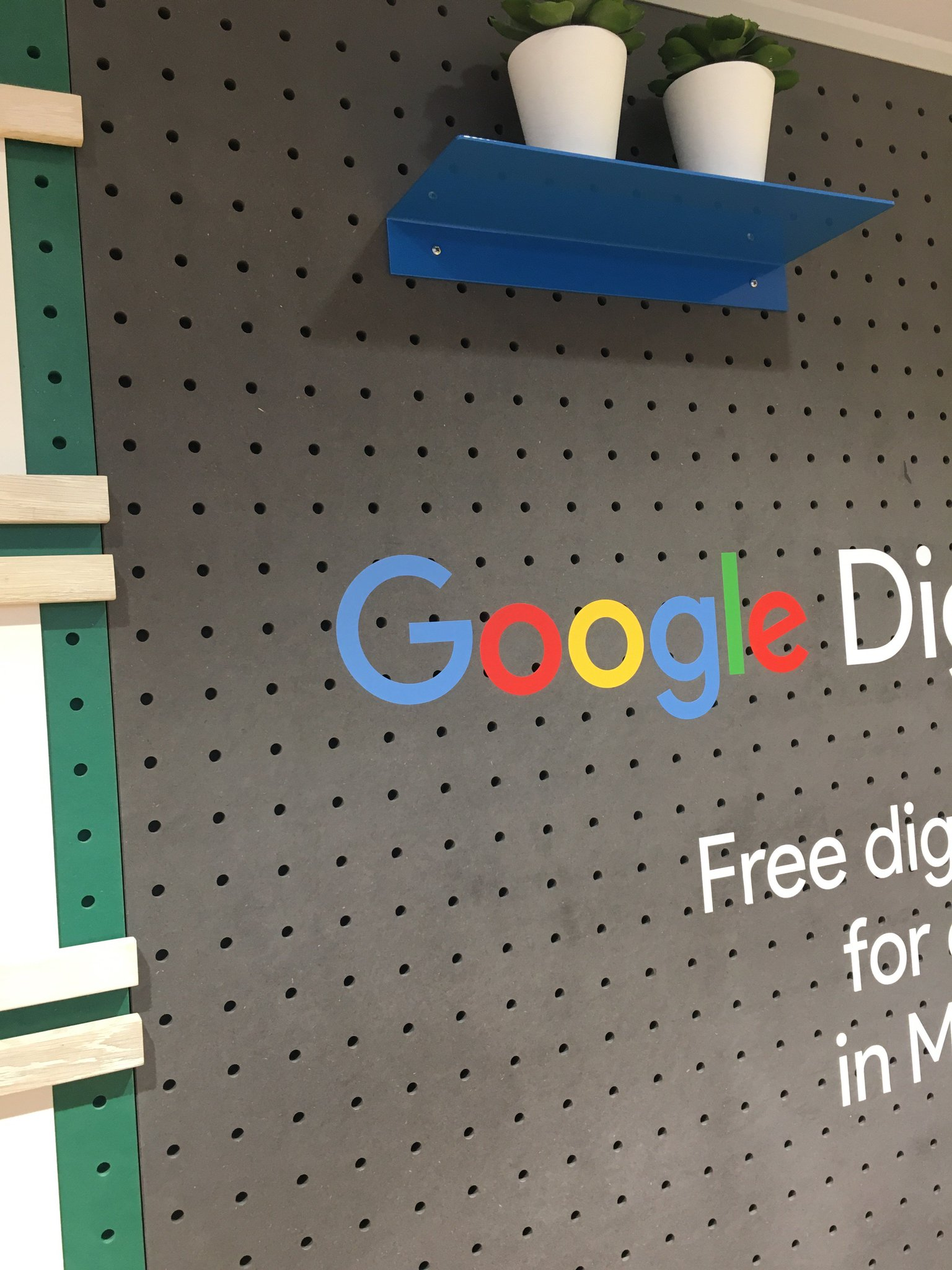 We're here at the Google Digital Garage checking out what @GoogleUK has to offer Manchester! #DigitalGarage https://t.co/J7lWNtjnkr