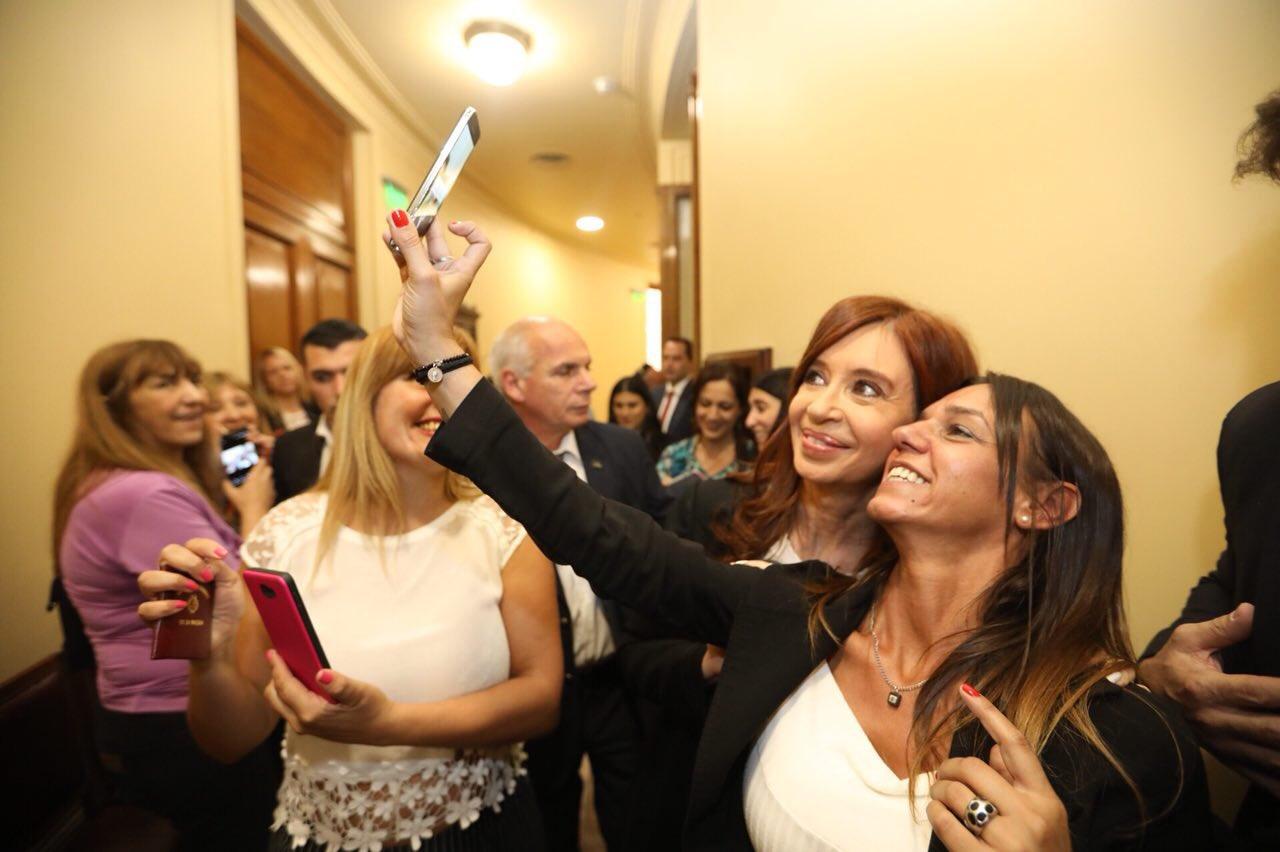En los pasillos del Senado después de la jura.   Gracias a todxs por el cariño ❤ https://t.co/EvOzBcIxqA