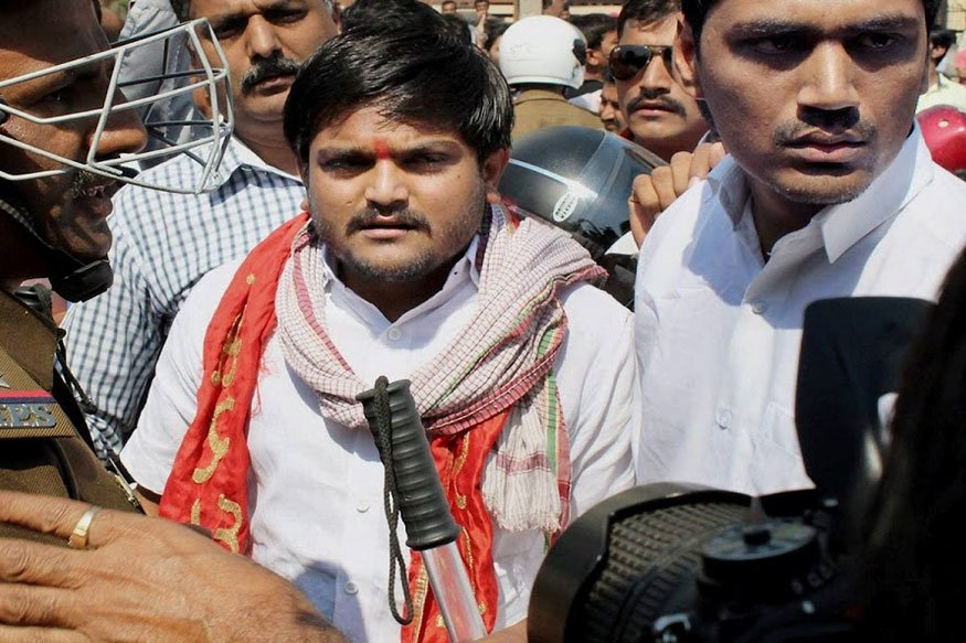 @HardikPatel_ #EXCLUSIVE  -- BJP has not done any development. Gujarat's voter is very smart. Roti, Kapda, Makaan' is important for a voter: PAAS leade @HardikPatel_r  to CNN-News #ElectionsWithNews18 #BattleForGujarat #GujaratRound218     https://t.co/uCQ7aDERLGLIVE:  https://t.co/