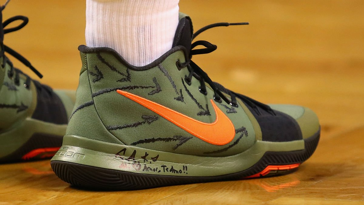 #SoleWatch: @KyrieIrving's Nike Kyrie 3 PE tonight.