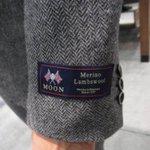 この時期よく見かけるのですがコートなんかの袖についてる生地メーカーのタグは外すものです!ハリスツイー…