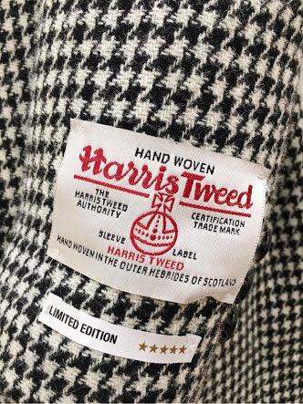 この時期よく見かけるのですがコートなんかの袖についてる生地メーカーのタグは外すものです!ハリスツイードのコート買っちゃったぜ…!ってなる気持ちはわかりますがそれはデザインではないのです!ユニクロの服についてるLとかXLとかのシールと同じです!知らない人には教えてあげてください!
