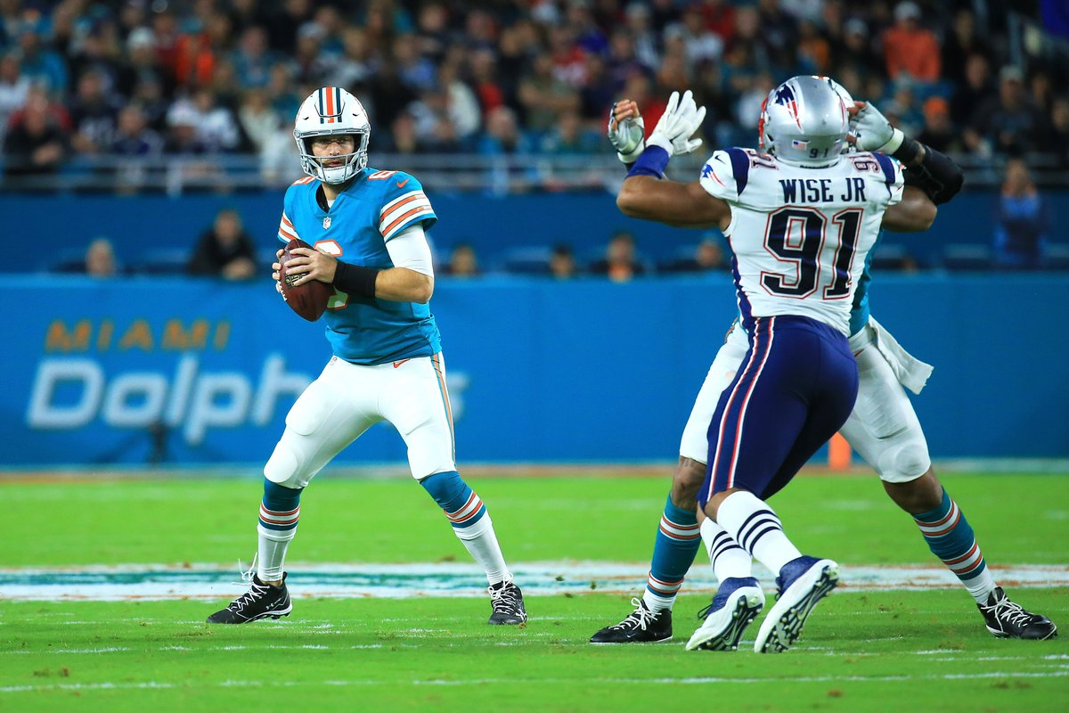 At halftime the Dolphins lead 13-10  #MNF