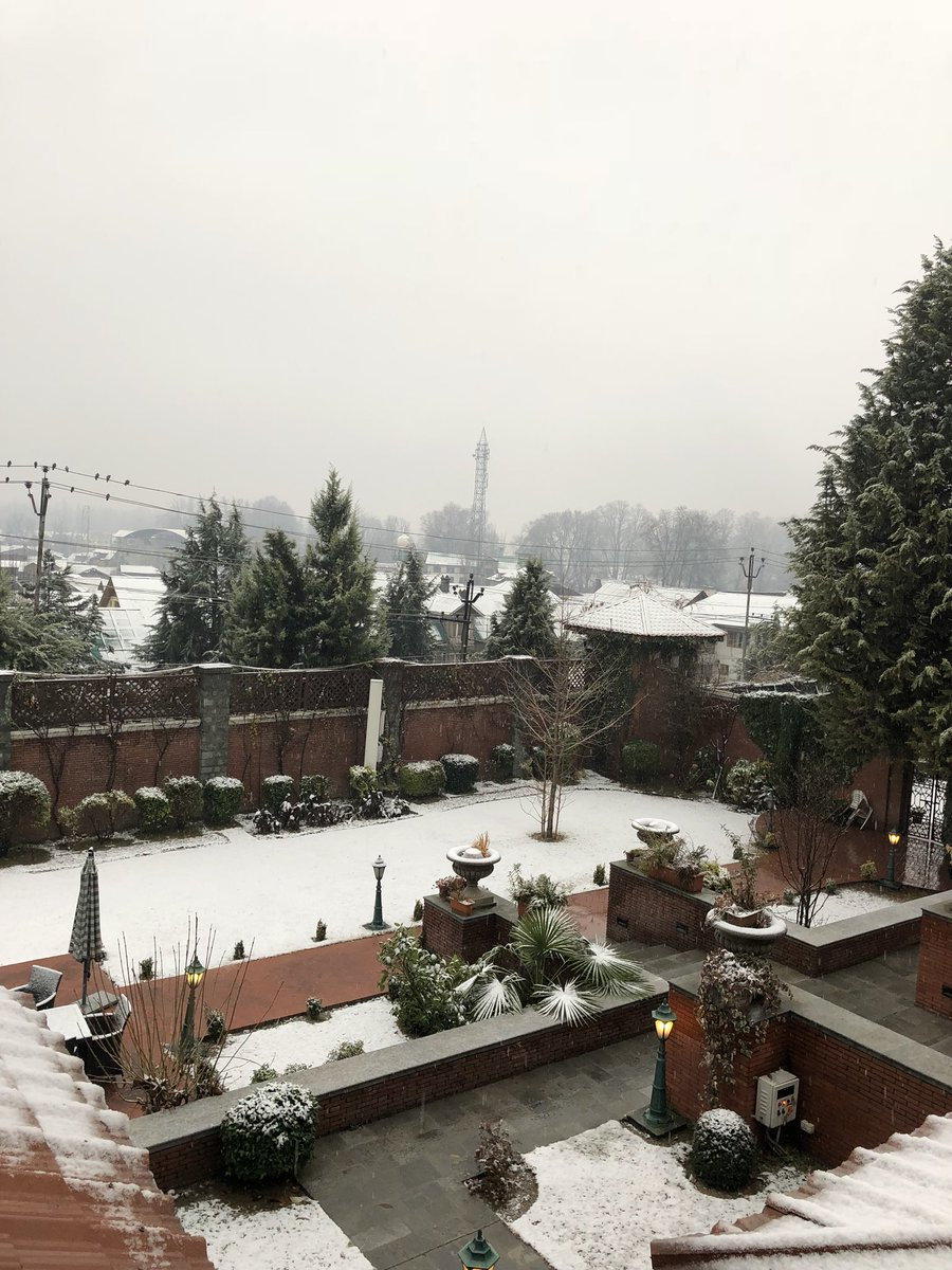 Woke up earlier this morning to a city with a light dusting of snow. Nau Sheen Mubarak #Srinagar #snowfall ❄️☃️