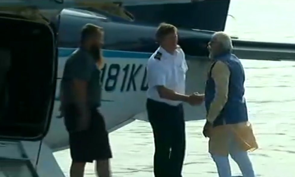 PM Shri @narendramodi boards sea plane from Sabarmati River in Ahmedabad to Dharoi Dam. Watch LIVE at https://t.co/le5WDonmgN
