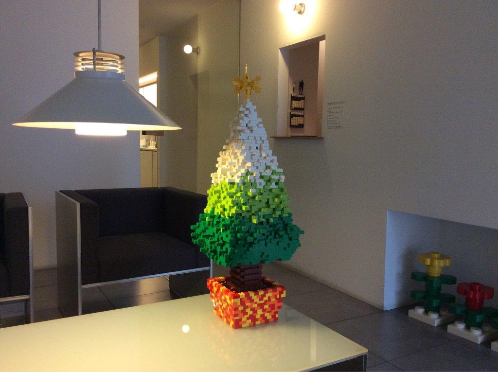 今年もレゴでクリスマスツリーを作りました。電飾も中に仕込みながら組み上げましたのでピカピカします。 pic.twitter.com/mkgFntA8db