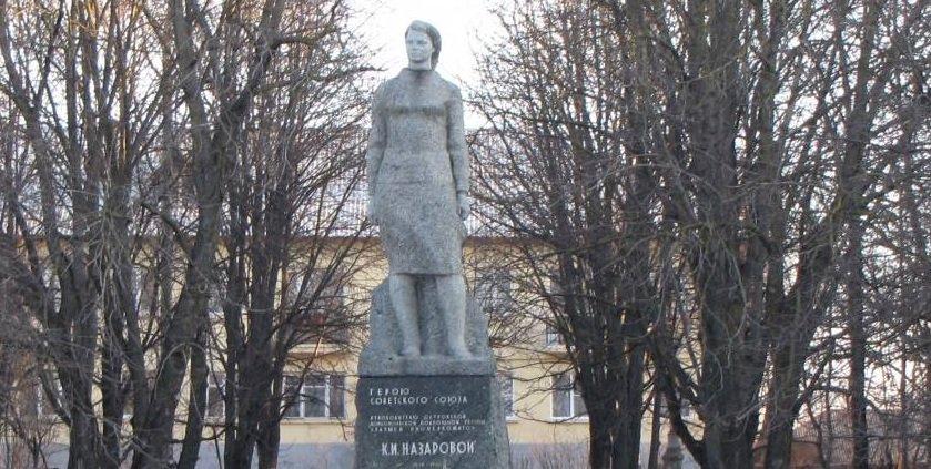 12 декабря 1942 в г.Остров немцами казнена 22-летняя подпольщица Клава Назарова. «Прощайте! Все равно победим мы! Наши придут!» – успела крикнуть она. 3 дня фашисты не давали снять тело девушки с виселицы в центре города