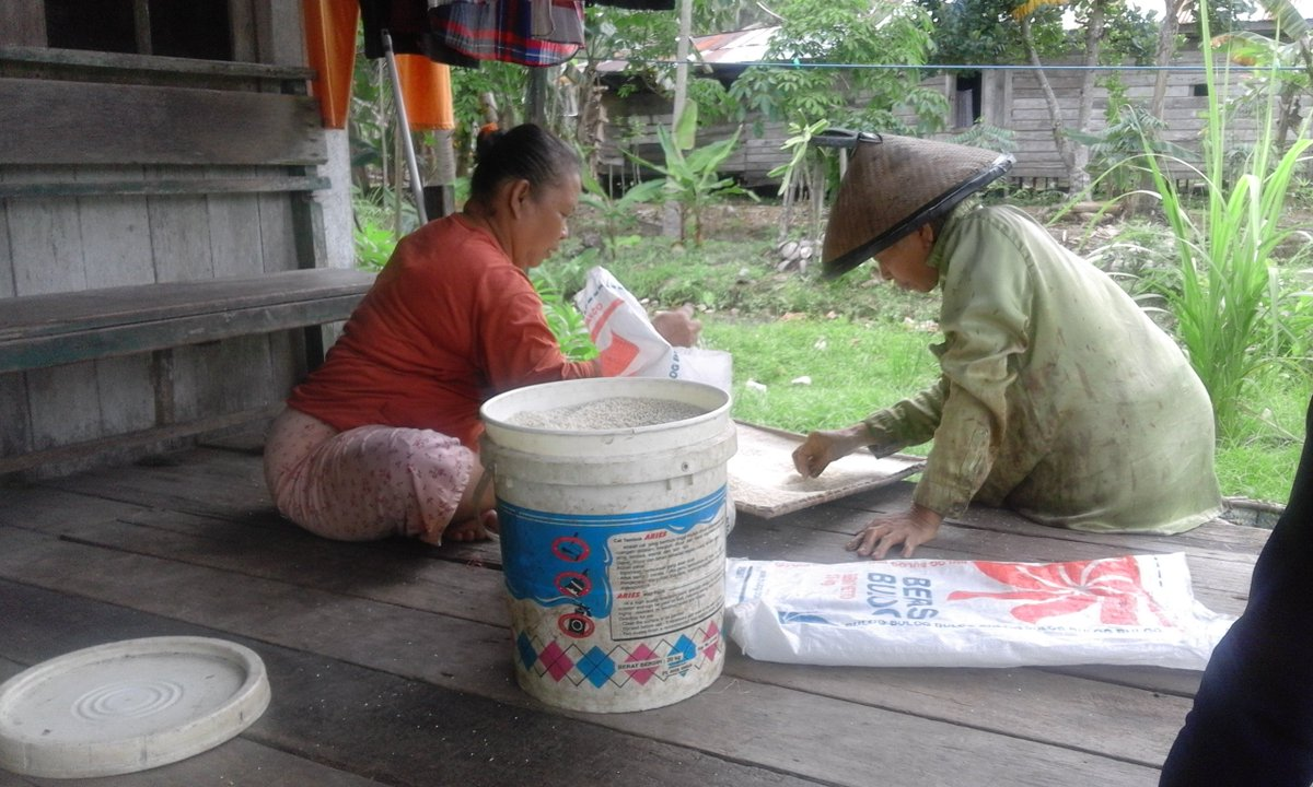 So beautiful to peek into the lives of our village members- these women are cleaning the rice. Photo by Karyanto-South Unit staff #Borneo #Community