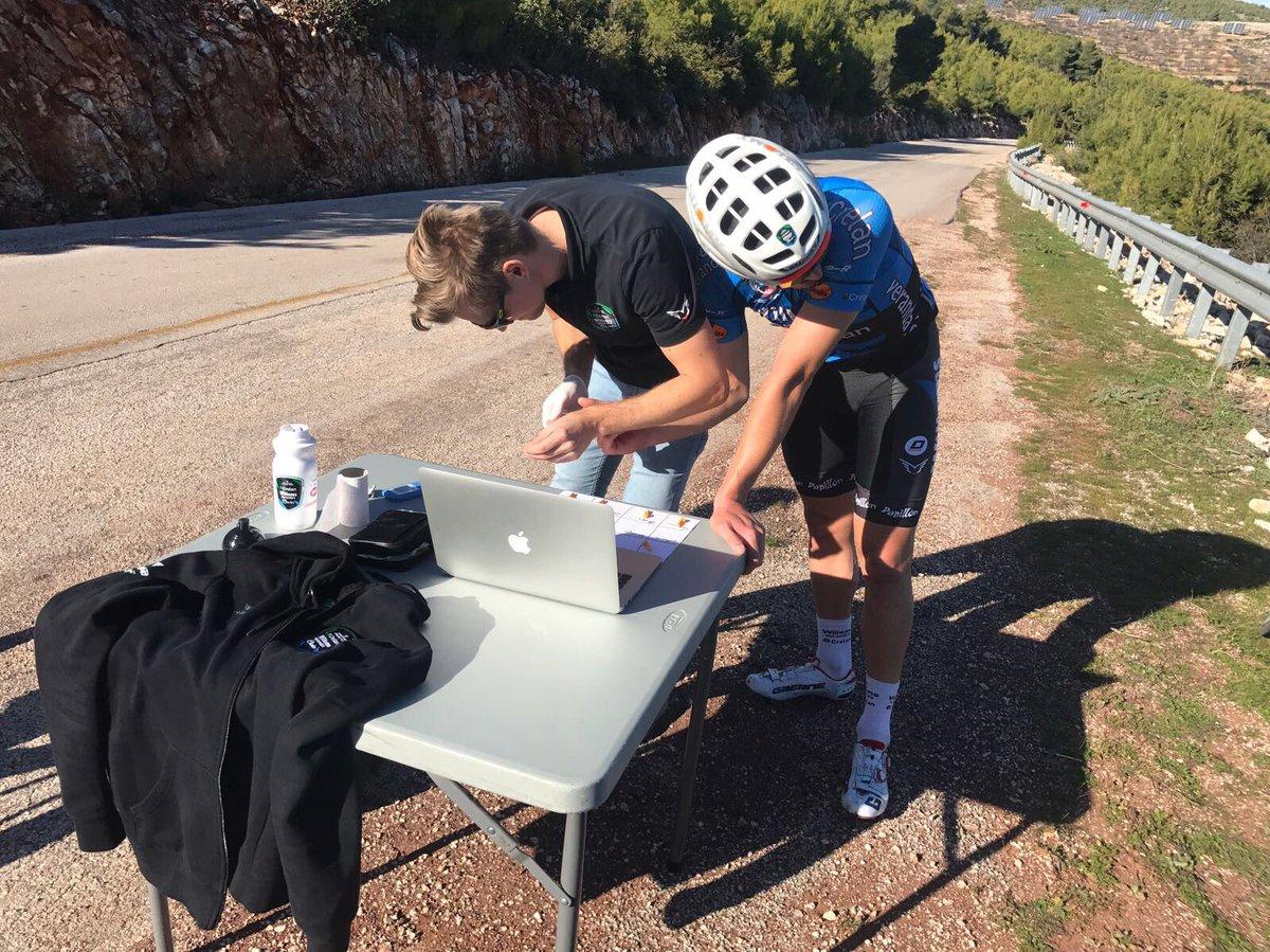 Dag 5 in #Griekenland 🇬🇷 Performance trainer @Neaforma laat de renners afzien tijdens de lactaattesten! 😮 Dat mag @Gooliee94 aan de lijven ondervinden 🤤#suffering #TrainingCamp