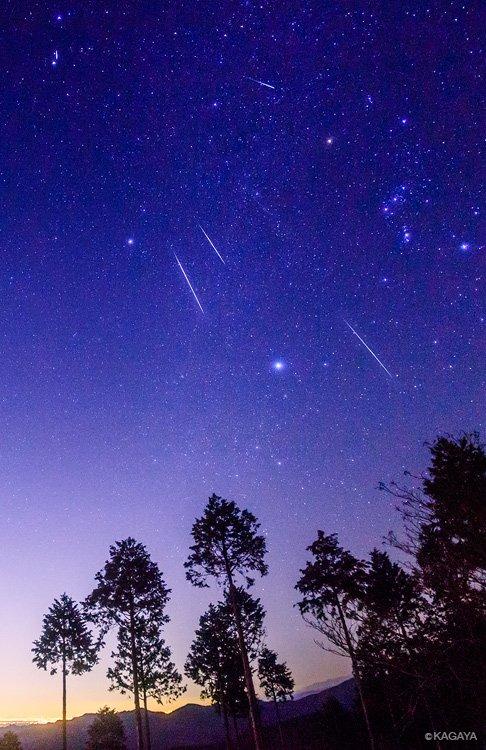 いよいよふたご座流星群の活動が始まりました。今夜もこれから明日未明にかけて見られます。 今夜から3晩、流れ星を見るチャンスです。 数が一番多いのは12/13と12/14の夜、時間は夜更け〜翌日未明です。 (写真は以前のふたご座流星群の流れ星と冬の大三角)
