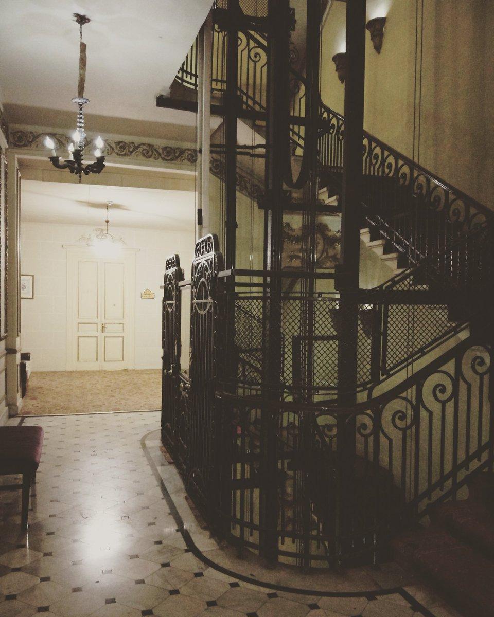 في حب السلالم والاسانسيرات القديمة.   #ا...