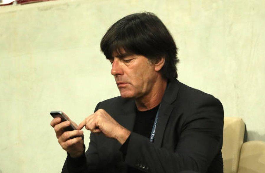 📸 l Joachim Löw está assistindo o duelo entre Grêmio e Pachuca no Hazza bin Zayed Stadium.   O fato curioso não é o treinador da seleção alemã estar assistindo a semifinal do Mundial, o que mais surpreende é ele não estar coçando o nariz 😅