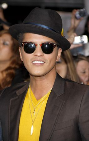 #Bruno Mars, #Warner Music Named Defendants in a #Copyright Lawsuit Over #Social Media Photo  https:// buff.ly/2iKQjJd    pic.twitter.com/yULxIffkRL