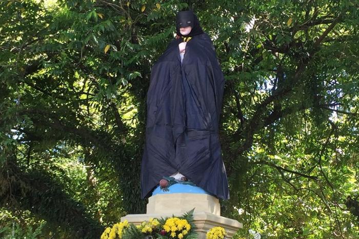 #VanzoNews. Estátua de Nossa Senhora da Conceição amanhece com capa e máscara do Batman em praça de São Leopoldo, RS https://t.co/vPfjsOw34O
