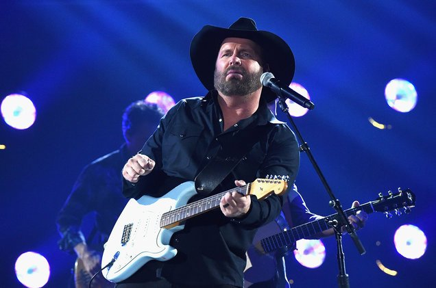 A Garth Brooks fan suffers facial injuries after a pole falls at Nashville concert https://t.co/yBpMBbFEOs https://t.co/mhgc1P0uIn