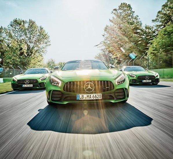 La descripción ideal de un Mercedes-AMG GT R es potencia y fuerza. Continuamos celebrando 50 años de evolución deportiva. #AMG50Años.