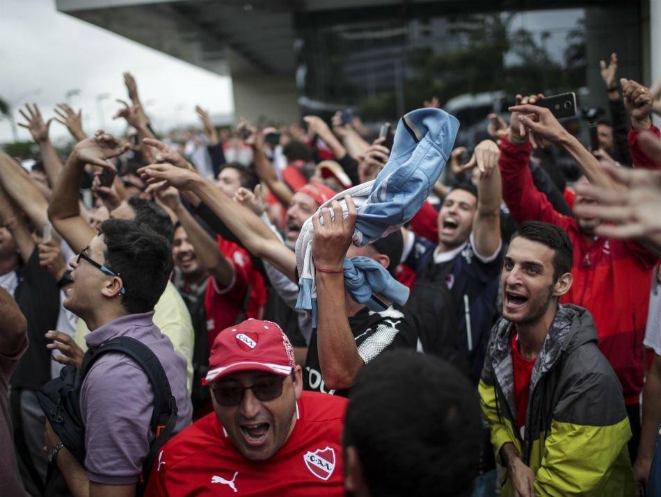 URGENTE! Torcidas de @Independiente e @Flamengo entram em confronto na frente de hotel dos argentinos; veja  ↪️ https://t.co/gwo9sMQPBq