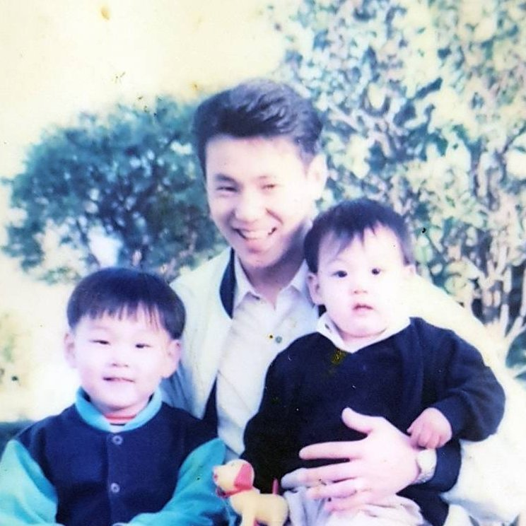the resemblance w his dad hehehehe cute...
