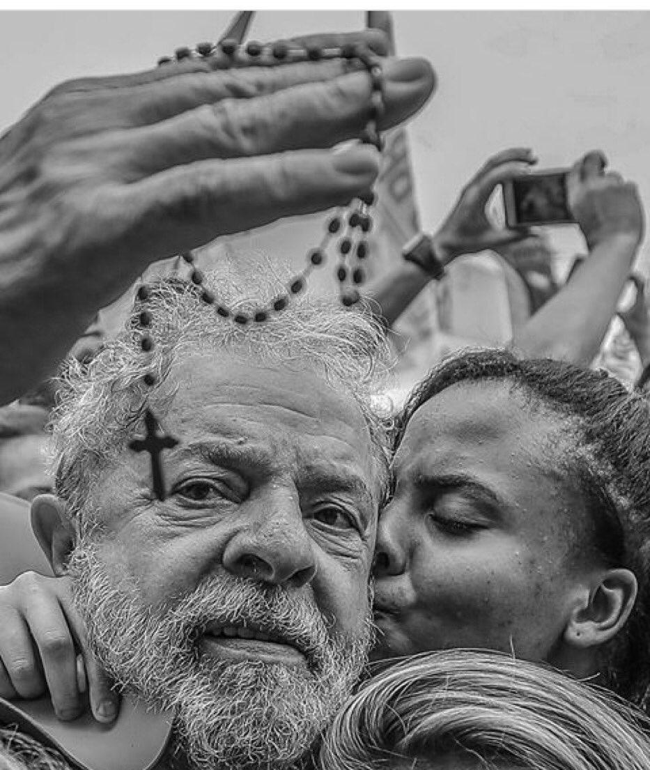 Aceleraram processo contra o Lula. O por do sol do Guaiba, em Porto Alegre, 24 de janeiro, vai vermelhar de gente acompanhando tudo. Pq querem tirar @LulapeloBrasil das eleições? Denúncias vazias contra um líder cheio de votos e de apoio do povo.