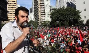 'Escandaloso! TRF 4 fura todas as filas de processo e perde qualquer pudor antecipando o julgamento de Lula. Quando juízes fazem política não se pode falar em democracia'. (Guilherme Boulos, líder do Movimento dos Trabalhadores Sem Teto)