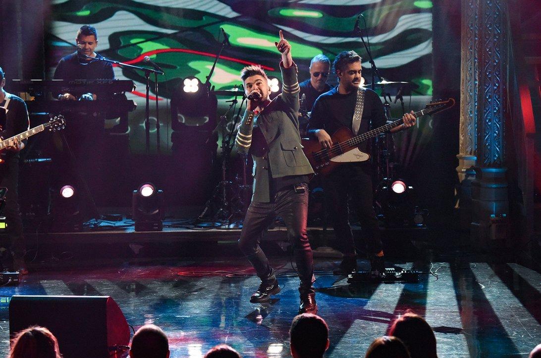 .@Juanes Gives Lively 'Es Tarde' Perform...