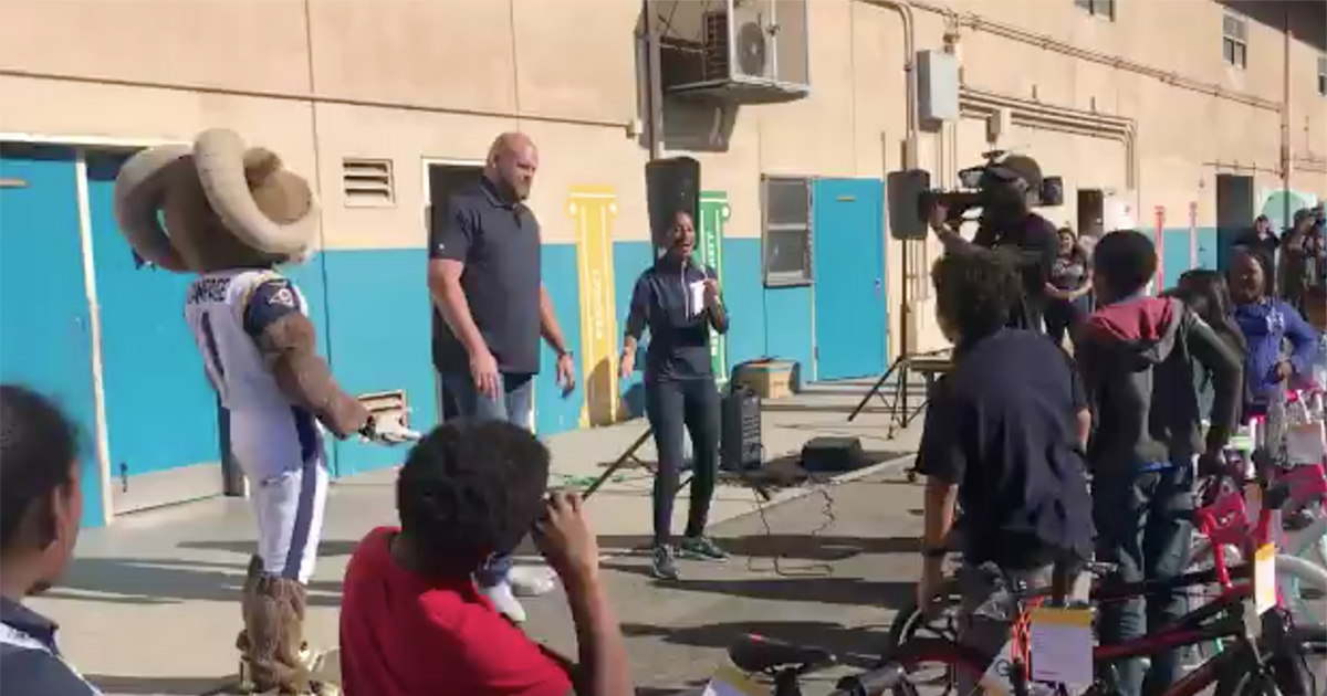 VIDEO: Rams' Andrew Whitworth buys bicycles for an entire elementary school. 👊 💯 https://t.co/YDCCt5EPIP