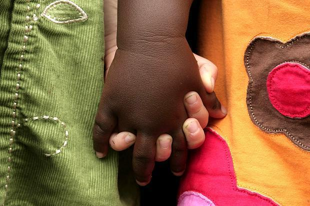 Ils adoptèrent un bébé noir, et le renvoyèrent pour avoir un bébé blanc... Ce que le destin croisé de deux enfants, l'une noire et l'autre blanche, révèle du racisme de la société américaine. https://t.co/yzlq9IUOzG