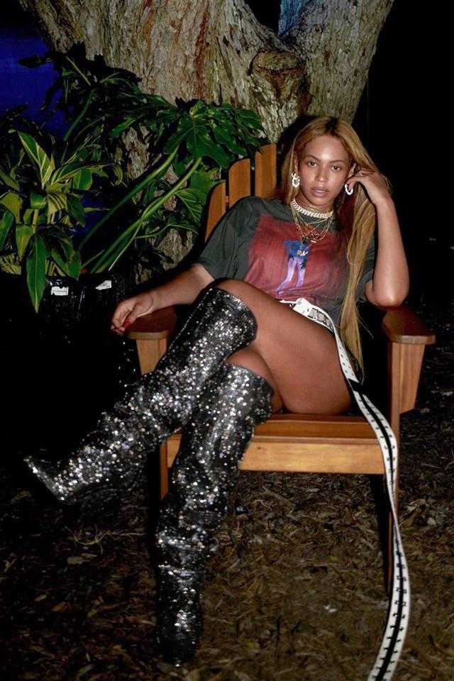 Anche Beyoncé indossa gli stivali di @YSL. Qui vi spieghiamo perché gli stivaletti #glitter sono l'accessorio perfetto per i #party di #natale: https://t.co/yw8biIXU6z