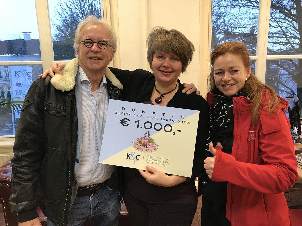 Geweldige gift van #K&CDrenthe 1000 euro en gratis kaarten voor gezinnen voor vijf Drentse musea twv 30.000 euro; cultureel hoofdgerecht! #vb17 #SamenvoordeVoedselbank #rtvdrenthe met #heinklompmaker van @hunebedcentrum en #mariekevegt https://t.co/8sJ7EKMWI1