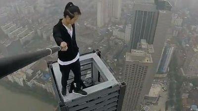 1000RT:【落下事故】62階建てのビルからぶら下がり懸垂、パフォーマーが転落死 中国 https://t.co/0US3qNLlwN  懸垂をしたあとに屋上に戻れず落下したという。これまでにも男性は超高層ビルなどに登り、スタントを繰り広げて…