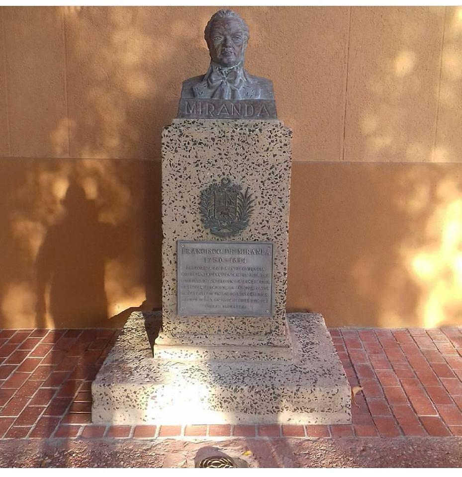 #13Dic #FelizMiercoles Busto de Francisc...