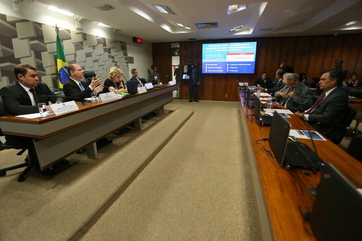 O ministro @RicardoBarrosPP encerra a apresentação do panorama do tratamento de Doenças Raras no SUS. A audiência pública segue para perguntas dos senadores presentes. #DoençasRaras