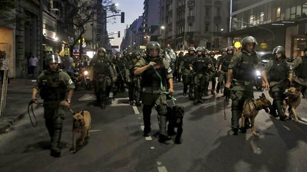 #Argentina: reprimen a manifestantes que...