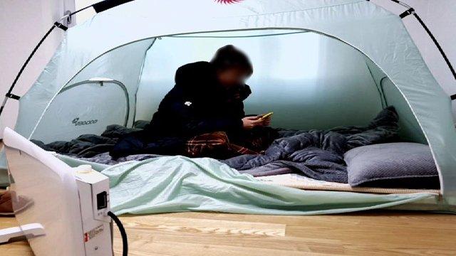 [JTBC 뉴스룸] 거실에 텐트…'냉골 아파트' 고통 https://t.co/85iqNgfu61 8월부터 배관 교체 공사 진행중. 하지만 작업이 지연되면서 난방과 온수 공급이 4개월째 안 되고 있어. 주민 4천여 명은 군대 혹한기 훈련을 연상케 한다며 고통 호소.