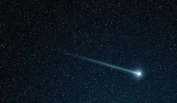 """Uma chuva de meteoros da Constelação de Gêmeos deve iluminar o céu nesta quarta-feira e amanhã à noite em todo o mundo. O fenômeno popularmente chamado de """"estrela cadente"""" poderá ser observado a olho nu, principalmente no hemisfério sul."""