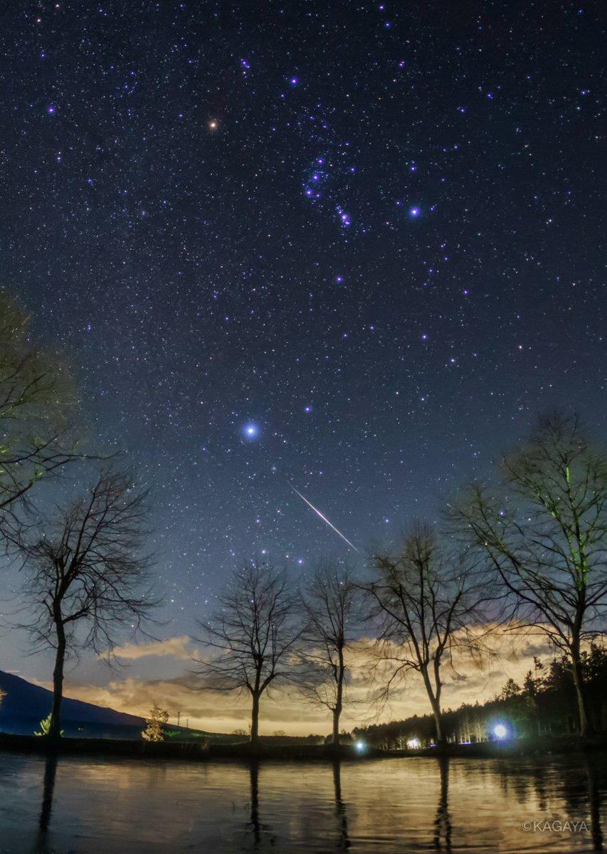 今撮影したふたご座流星群の流れ星です。一番明るい中央の星がシリウス。写真上にオリオン座が写っています。夜が更けてふたご座も高く昇り、流れ星の数が増えてきています。 pic.twitter.com/4oUPzrUerX