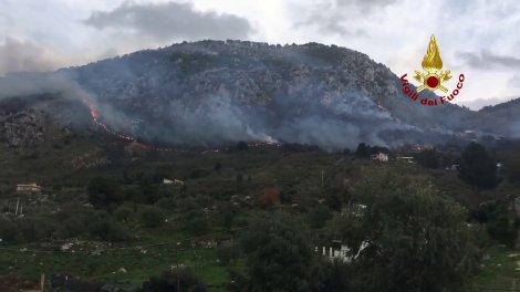 Maxi incendio ad Altofonte, andati in fumo diversi ettari di bosco: vigili del fuoco in azione - https://t.co/uC5MamYKUi #blogsicilianotizie