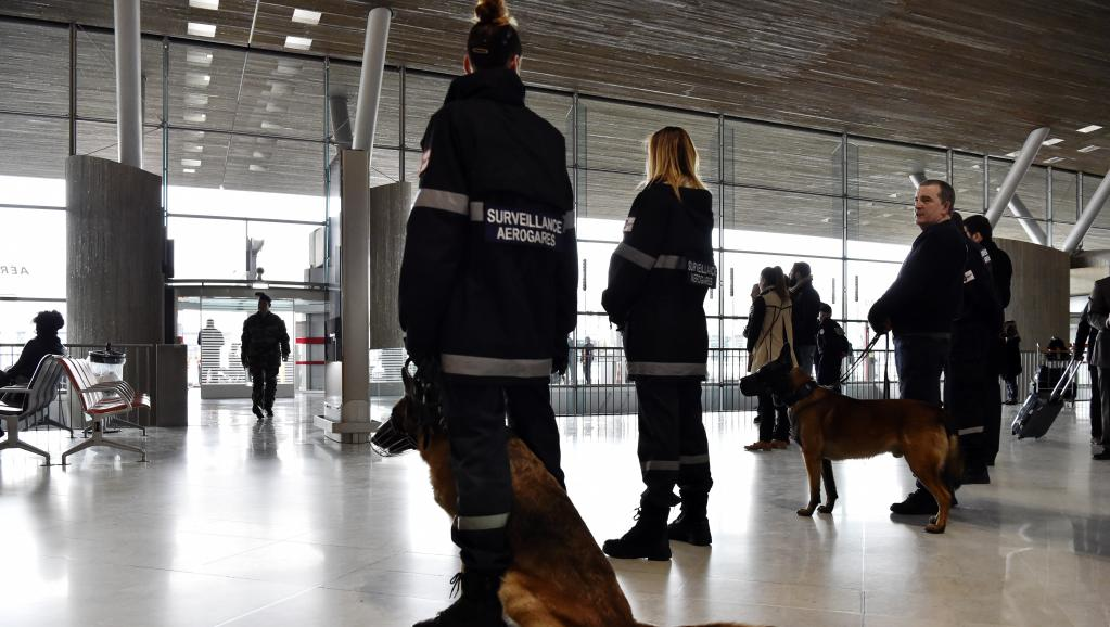 Mendigo rouba € 300 mil em aeroporto internacional de Paris https://t.co/H490OjsAoY