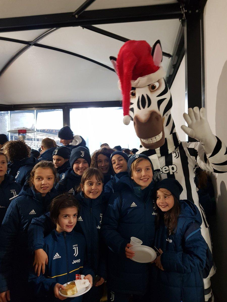 A Vinovo inizia la festa di Natale del Settore Giovanile Femminile in compagnia di #Jay... e con una grande sorpresa in arrivo! 😍😍😍  #JuventusYouth 🏳🏴